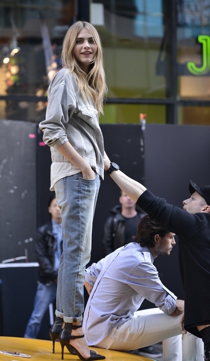 Model Off Duty Style With Bullet Blues Jeans Cara Delevingne